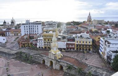Panorámica de la Torre de Reloj y la Plaza de los Coches en el Centro Histórico.
