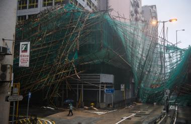 Andamios de bambú colapsado se ven colgando de un edificio tras el tifón.