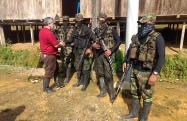 Guerrilleros del Eln junto con uno de los seis secuestrados que liberaron esta semana en el Chocó.
