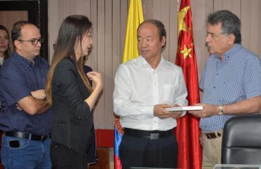 El gobernador Édgar Martínez con miembros de la delegación de China.