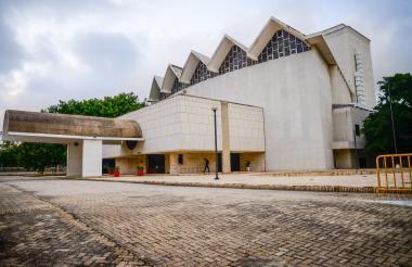 Fachada del Teatro Amira De la Rosa, bien cultural de carácter nacional declarado en el 2006.