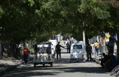 Controles de la Policía a las afueras del colegio