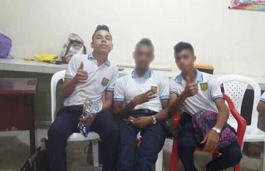 Dairo José López Ceballos, en una fotografía junto con compañeros de clase.