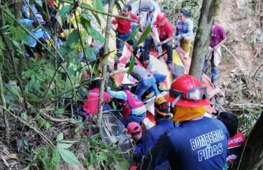 Socorristas en plena labor de rescate en el bus accidentado.