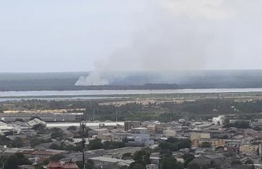 Una columna de humo sale desde el vía parque Isla Salamanca y se dispersa hasta el norte de Barranquilla.