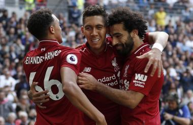 Firmino celebra su gol con Mohamed Salah.
