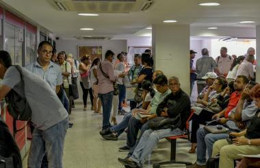Usuarios a la espera de ser atendidos en la Oficina de Barranquilla.