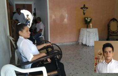 En el barrio Los Alpes, en Corozal, familiares de Tirado esperan la llegada de su cadáver.