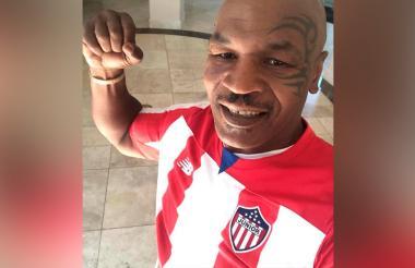 Mike Tyson luce la camiseta de Junior.
