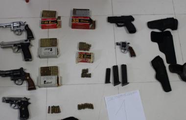 Las armas y municiones encontradas en un parqueadero del centro de Medellín.