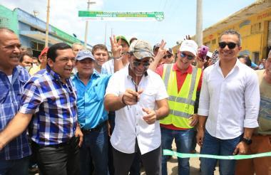 El alcalde Alejandro Char fue el encargado de cortar la cinta inaugural de las nuevas vías.