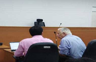 El exgerente de la Triple A, Ramón Navarro (derecha), con su abogado en la diligencia judicial.