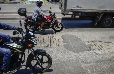 Varios vehículos transitan por la vía afectada.