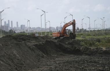 Maquinaria trabajando en labores de relleno en el proyecto de actuación urbanística. El proyecto no se ha visto afectado, dice firma.