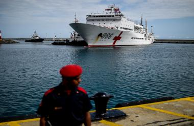 El buque hospital chino Peace Ark está atracado en el puerto de La Guaira.