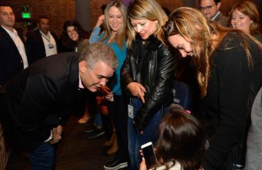 El presidente Iván Duque habla con una niña durante la apertura del 'Festival Ideas al Barrio', en Bogotá.