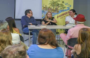 La escritora y periodista barranquillera Alba Pérez del Río conversa con el director de EL HERALDO Marco Schwartz y el columnista Thierry Ways.