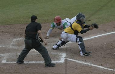 Acción del juego entre Tigres de Arenal y Padres de Lorica.