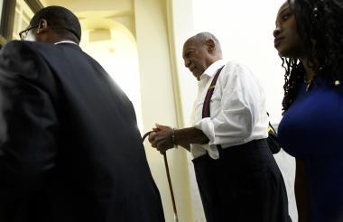 Bill Cosby sale esposado de la audiencia condenatoria. Deberá ir a la cárcel de inmediato.