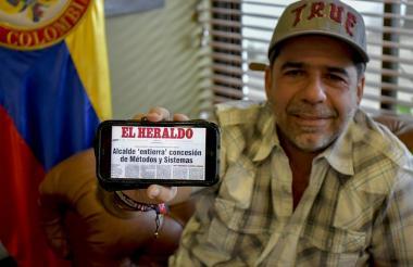 El alcalde Char muestra la edición de EL HERALDO del 22 de mayo de 2008.