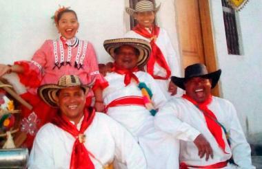 Luis Altamar (centro) rodeado de cumbiamberos de El Cañonazo.