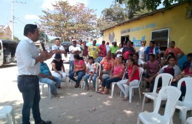 El alcalde explica el proyecto a la comunidad.