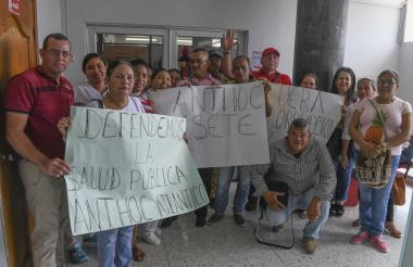 Los trabajadores de la salud durante la protesta en la Gobernación.
