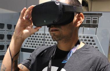 James García, del equipo Oculus, con un nuevo auricular Quest de realidad virtual.