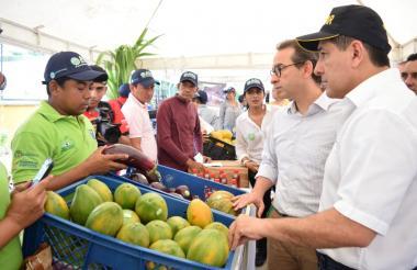 Gobernador de Bolívar, Dumek Turbay, y el ministro Andrés Valencia.