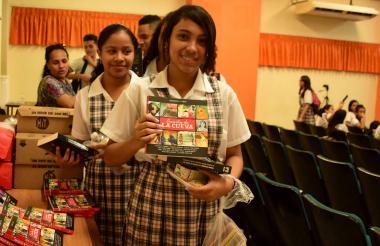 Estudiantes con el libro.