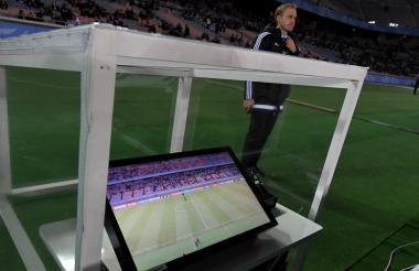 Asistencia de Video Arbitraje (VAR) en la cancha.