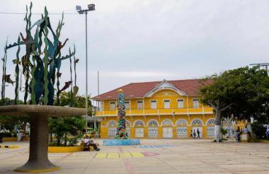 La plaza de Puerto Colombia y, al fondo, la sede de la Alcaldía de la población.