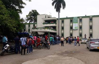 Estudiantes  a las afueras de donde se reunió el miércoles el rector con alcaldes.