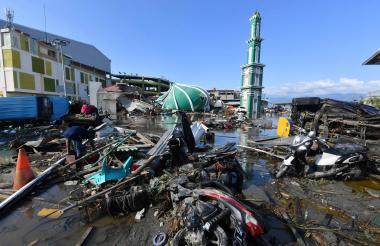 Un residente revisa los escombros en Palu, Indonesia, luego del sismo y tsunami del viernes.