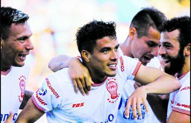 El atlanticense Andrés Felipe Roa celebrando uno de sus goles con el Huracán en el fútbol argentino.