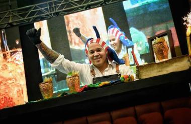 Danny Silvera, ganador del concurso, durante la preparación de su coctel llamado 'Marimonda'.