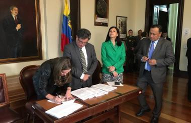 María Fernanda Suárez y Alberto Carrasquilla radicando el presupuesto.