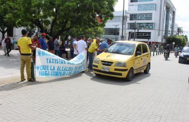 Un grupo de taxistas durante la manifestación.