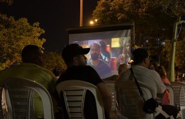 En medio de la noche  los espectadores  se dejaron encartar  por la película Proyectada por Cinema Árbol.