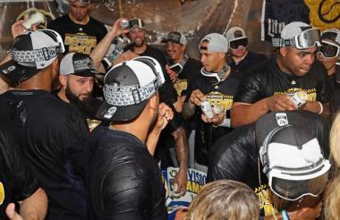 Los jugadores de Cerveceros celebran la conquista del primer lugar de la División Central de la Liga Nacional.