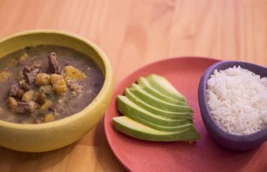 El contraste del sabor y la textura del sancocho de guandú, plato típico de la Costa Atlántica,  deleita el paladar de propios y visitantes.