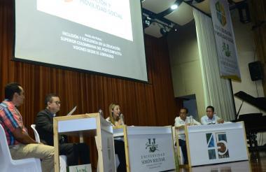 En la fotografía, los rectores universitarios que intervinieron en el panel rectoral.