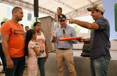 Javier Mendoza y su esposa reciben las llaves de su apartamento, de manos del ministro de Vivienda, Jonathan Malagón, y del alcalde Alejandro Char.