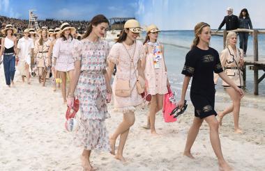 Descalzas, portando un par de sandalias en la mano, las modelos caminaron sobre la arena.