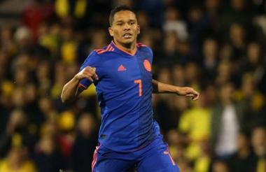 Carlos Bacca vistiendo la camiseta de Colombia.
