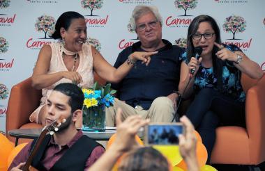 Adonay Moreno, el alcalde de Soledad, Joao Herrera, y Obeida Galán, durante la rueda de prensa.