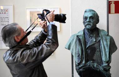 Un hombre toma una foto a la estatua de Alfred Nobel, en el Instituto Karolinska de Estocolmo, Suecia.