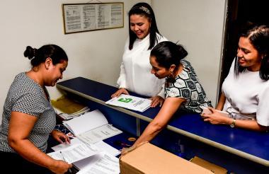 La secretaria de Hacienda, Emelith Barraza, radicó el proyecto ante la Presidencia del Concejo en compañía de integrantes de su equipo financiero.
