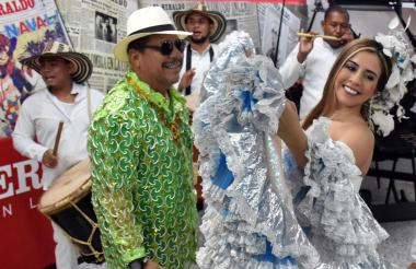 Osman Junto a la reina del Carnaval de la 44 de 2017.