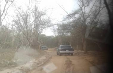 En automóviles, camiones o camionetas decenas de venezolanos y colombianos intentan cruzar la frontera entre los dos países.
